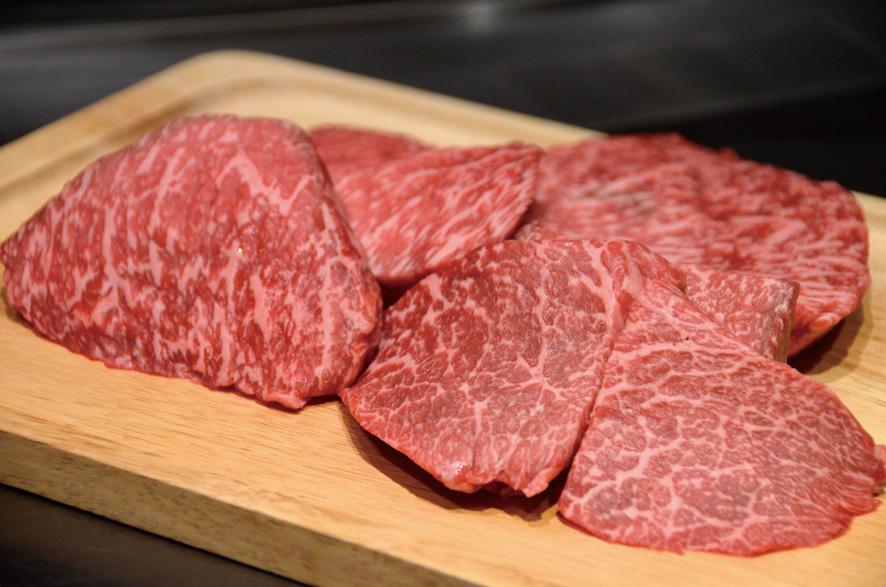 画像: 「銀座のステーキコース」(7800円)のモモ肉。焼く前に見せてくれる