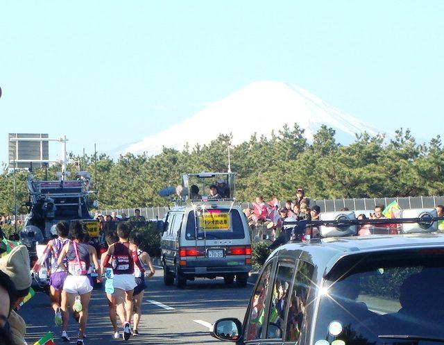 画像: 富士山の方向を目指して湘南海岸沿いを走る3区のランナーたち arx.appi.keio.ac.jp