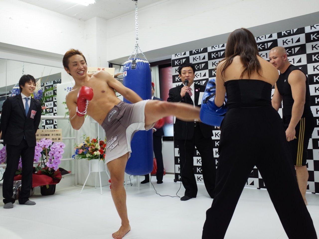 画像: -1ガールズのリーダー、柳いろはさんが優太選手の蹴りを体験! ちょっと及び腰! www.tokyoheadline.com