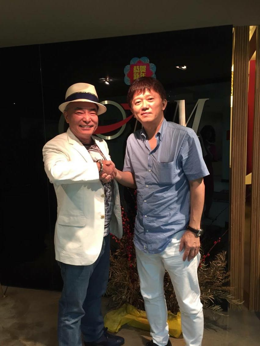 画像: 『J+PLUS』や『FM96.3 SMILE WAVE』などを運営するCOMM社主・森幹雄氏(左)と固い握手!