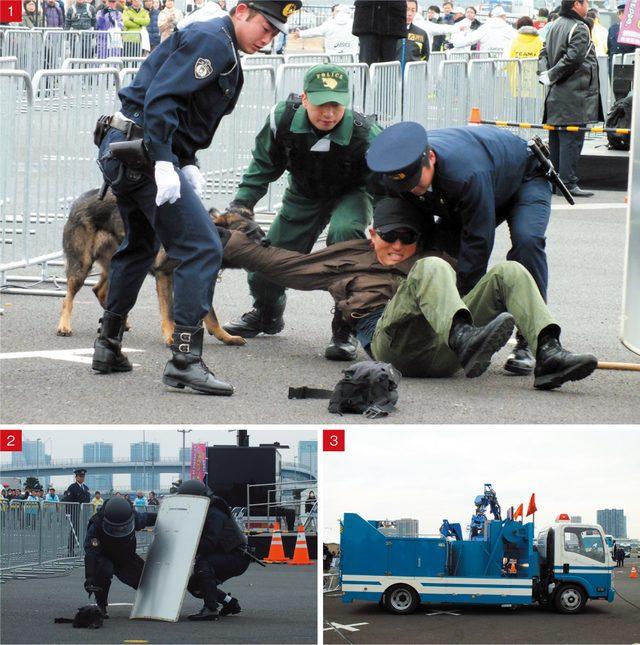 画像: 1.ナイフを振り回す暴漢を警察官や警察犬が確保  2.連行後、置き去りにされた荷物に声を出しながら近づいていく  3.爆発物と判明したバッグはアームつきの特殊車両で特殊な車両に移動した