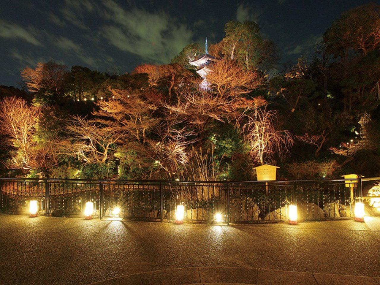 画像: ホテル椿山荘東京の日本庭園で再現される「花灯路」。もともと伏見・石峰寺の五百羅漢の一部であった20体の石仏や、下鴨神社の社殿と伏見稲荷明神の白玉稲荷から勧請された神社など、京都ゆかりのものが庭園各地に置かれていることもあり、本場の花灯路の雰囲気を味わうことができる。