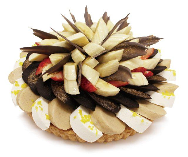 画像: カフェコムサ銀座店では、伊藤若冲の『雪中雄鶏図(細見美術館蔵)』をイメージしたタルトが登場。バナナ、柚子、北尾の黒豆きな粉を使用した、和の風味豊かなスイーツだ