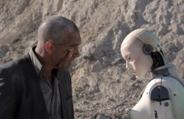 画像: 砂漠の道中、ヴォーカン(アントニオ・バンデラス)とオートマタ