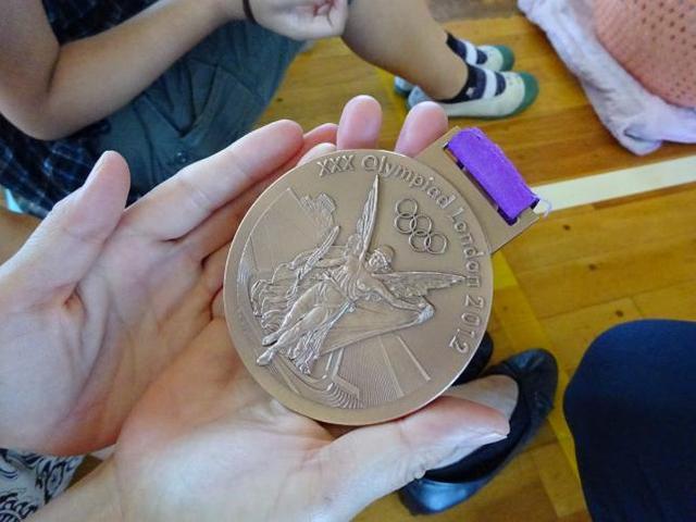 画像: 寺川綾選手のオリンピック銅メダル(南浦小学校にて) www.mitaka-schools.jp