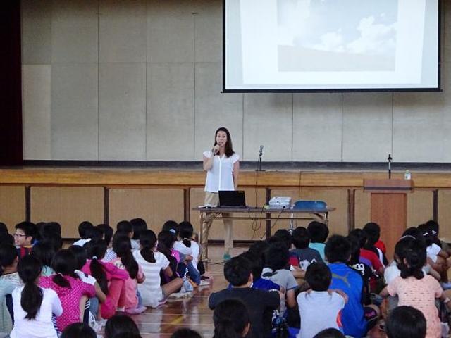 画像: 寺川綾選手による一日校長(南浦小学校にて) www.mitaka-schools.jp