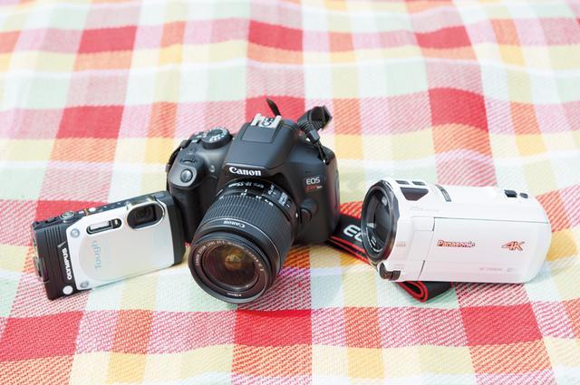 """画像: 【写真左から】 <B>『OLYMPUS STYLUS TG-870 Tough』</B> 防水、防塵、耐衝撃、耐低温、耐荷重という""""5大タフ性能""""に優れたコンパクトデジタルカメラ。アウトドア派は必携!(オープン価格/オリンパス) <B>『EOS Kiss X80』</B> Wi-Fi、NFCに対応、スマートフォンへの簡単接続が可能なデジタル一眼レフカメラ。撮影した写真を、その場で簡単にスマホやタブレットなどの携帯端末(無料の専用アプリのダウンロードが必要)に転送できる。(オープン価格/キヤノン) <B>『デジタル4Kビデオカメラ HC-VX980M』</B> 高画質4Kの超美麗映像でプロ気分。「あとから補正」機能も助かる!オープン価格/パナソニック)"""