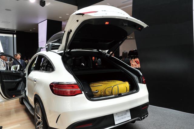画像: クーペらしいスタイリッシュなフォルムながら、ラゲッジルームは後席を起こしたままでもゴルフバッグを3つ積むことが可能。SUVとしての実用性にも大満足。(メーカー希望小売価格890万円〜・税込み)