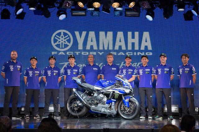 画像: 左から「YART Yamaha Official EWC Team」のマンディ・カインツ監督、藤田、パークス、野佐根、ヤマハの河野俊哉技術本部MS戦略部部長、辻幸一MS開発部部長、「YAMAHA FACTORY RACING TEAM」のエスパルガロ、中須賀、ローズ(撮影・上岸卓史)