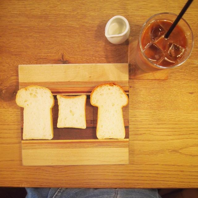 画像: 左から:北海道×食パン 420円 / 365日×食パン 290円 /福岡×食パン 340円 写真は6枚切りしたもの ドリンク:サイフォンアイスコーヒー 450円