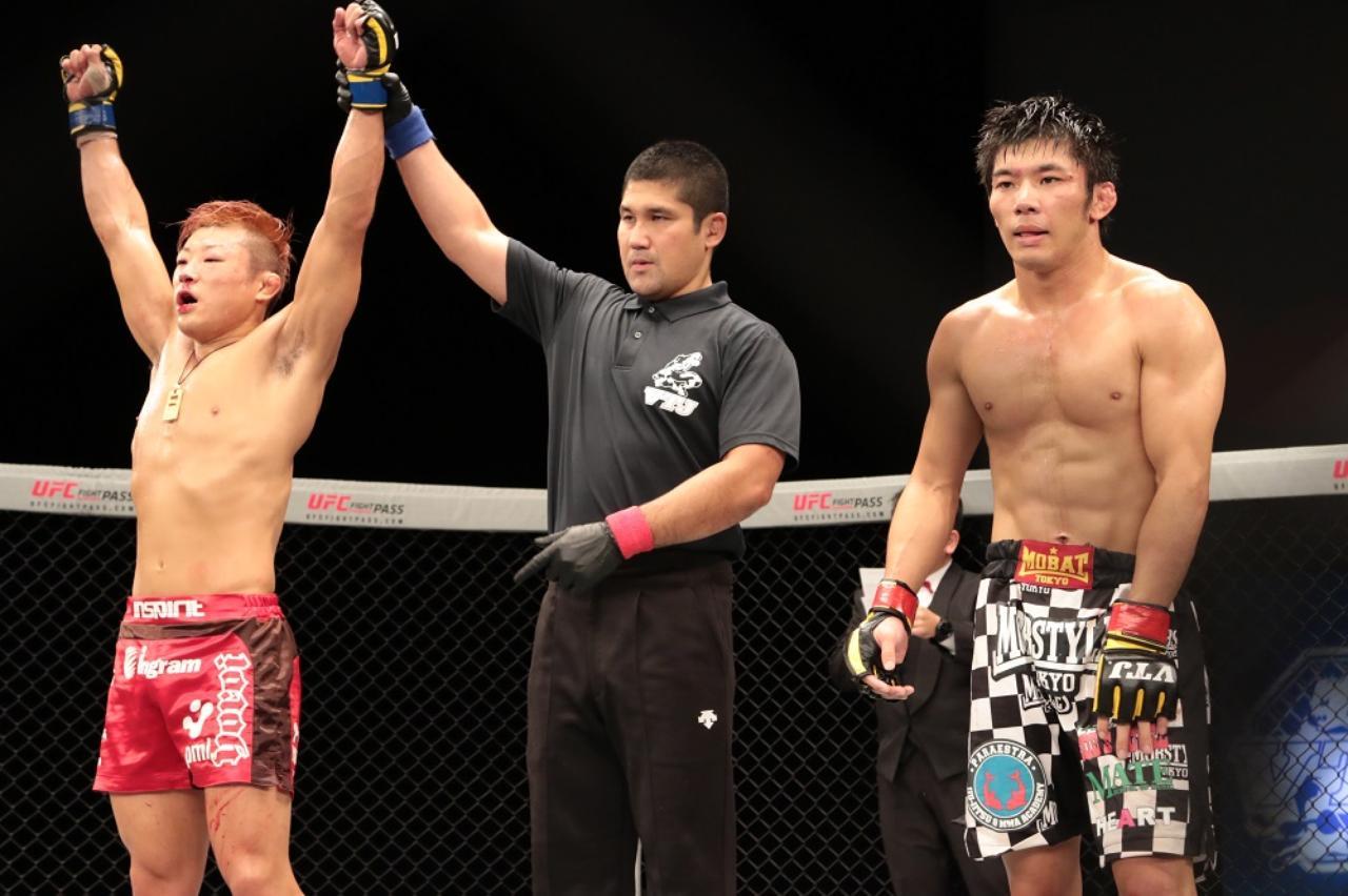 画像: 勝ち名乗りを受けるISAO(左)。斎藤はがっくり(撮影・上岸卓史)