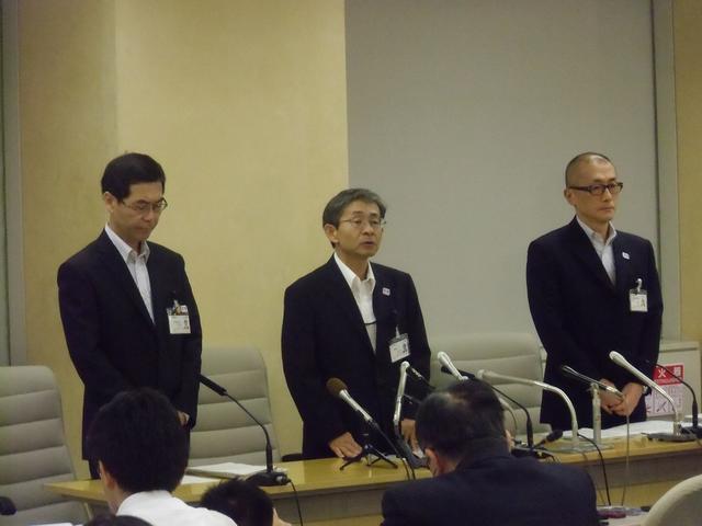 画像: 東京都中央卸売市場長の岸本良一氏、中西充副知事、東京都中央卸売市場次長の澤章氏(左から)
