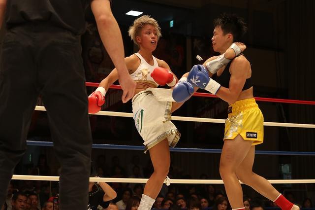 画像: KANA(左)のハイキックが炸裂(撮影・上岸卓史)