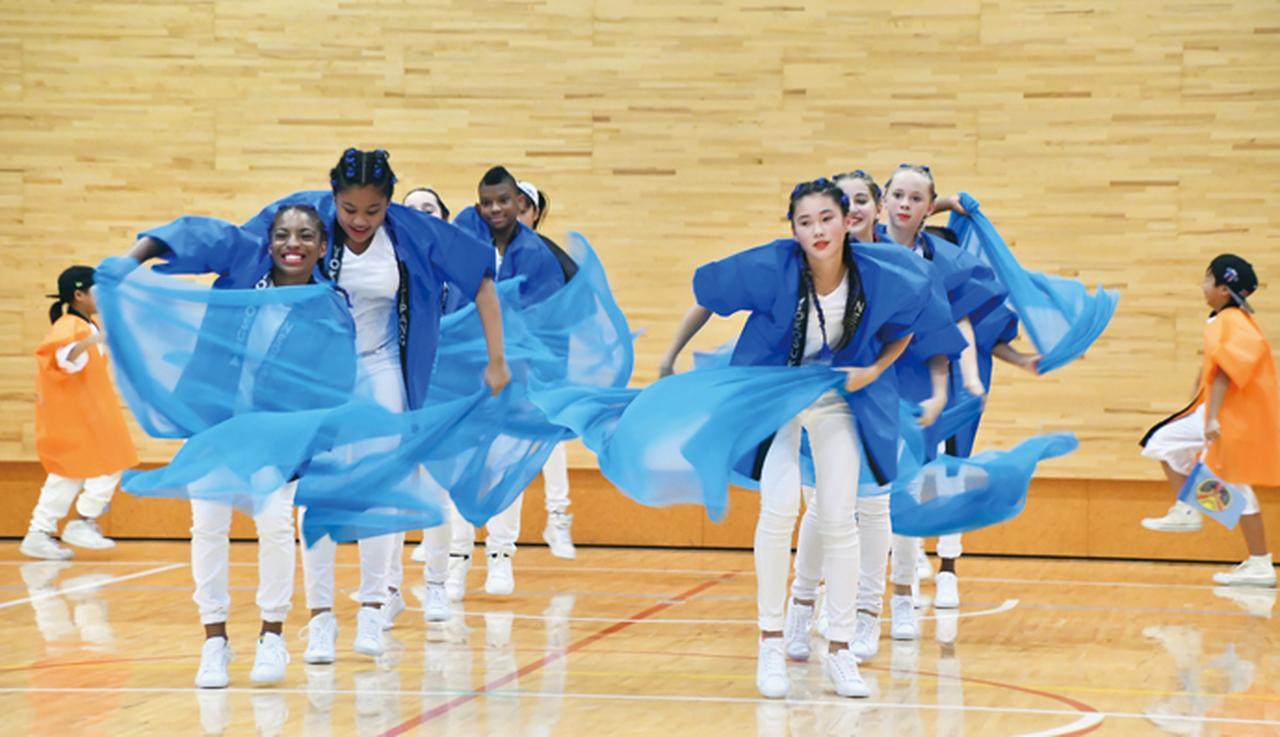 画像: 盛り上げ大使からプレゼントされたダンスを披露する、地元の子供たち。大使たちも目を細める