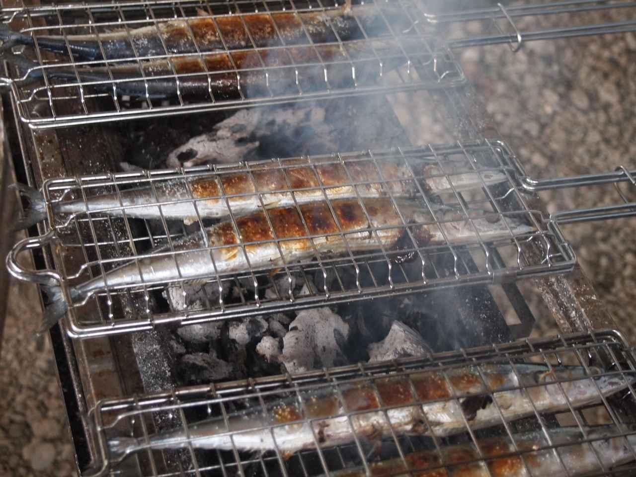 画像1: 畑作業のご褒美はサンマの炭火焼き