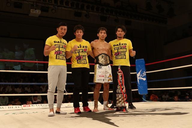 画像: 新チームKRESTとしての初陣。前王者の山崎秀晃(左)もセコンドについた(撮影・上岸卓史)