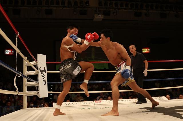 画像: 塚越(右)が壮絶な打撃戦を制する(撮影・上岸卓史)