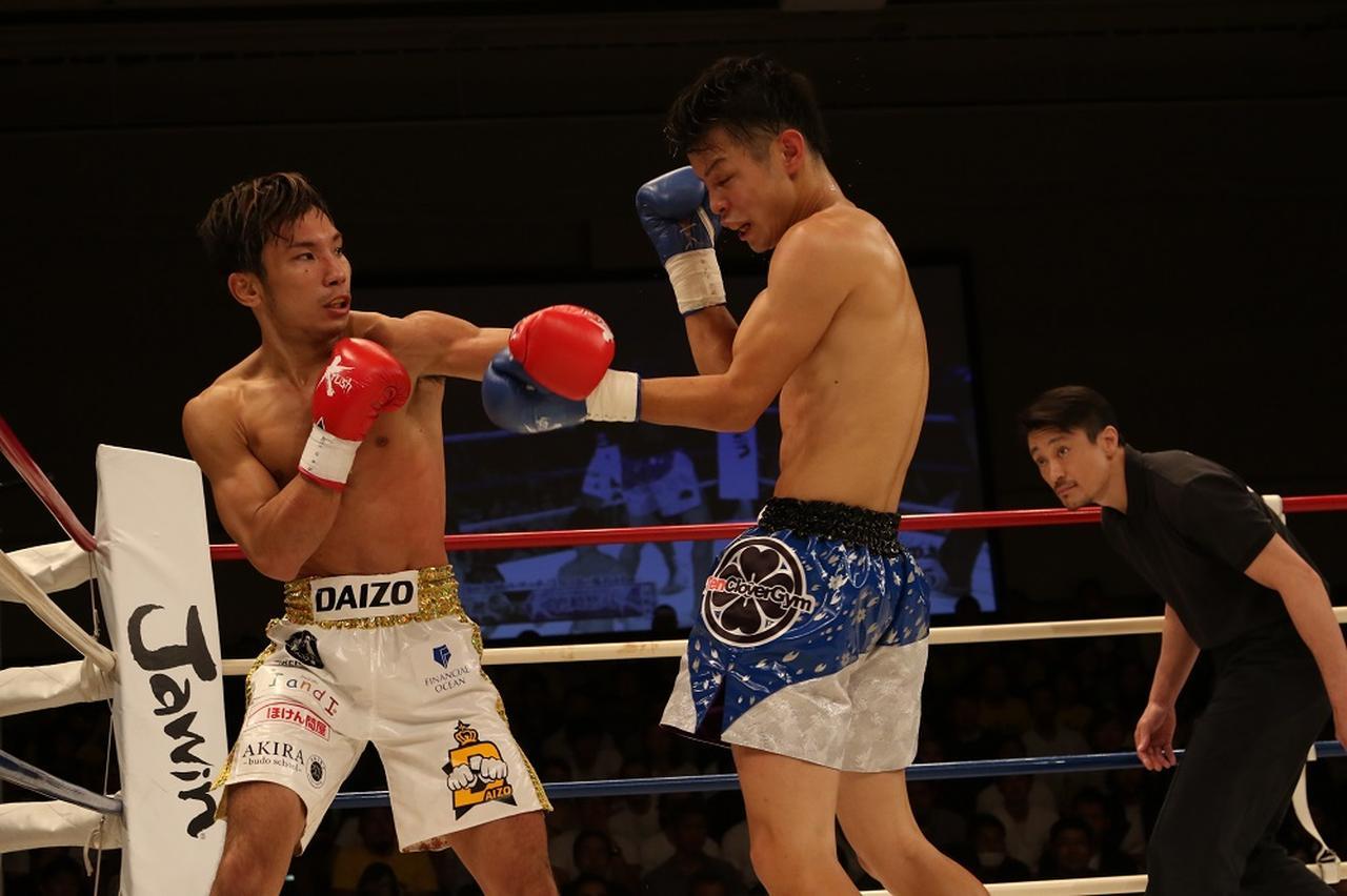 画像: 佐々木(左)の重いパンチが岩崎をとらえる(撮影・上岸卓史)