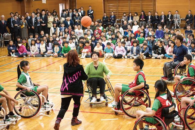 画像: 特別ゲストとして登場した小池都知事がゲームに加わり、緊張の面持ちな小学生たち 撮影・辰根東醐