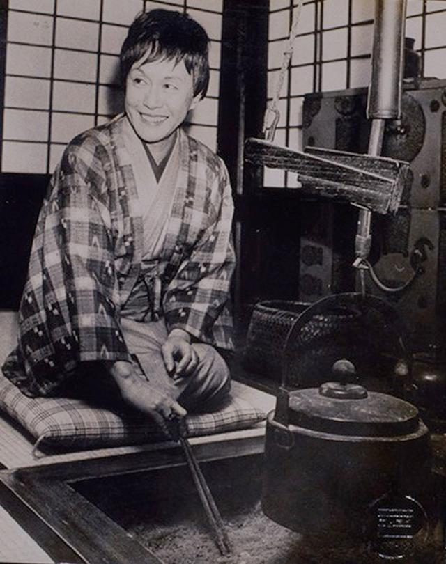 画像: 菊池洋守作の紬の着物に田島隆夫作の羽織をはおる白洲正子。自宅にて。