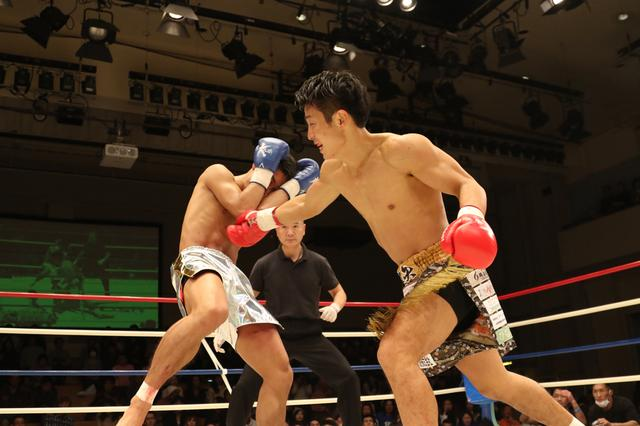 画像: ガードする伊藤(左)と力で圧倒する大岩