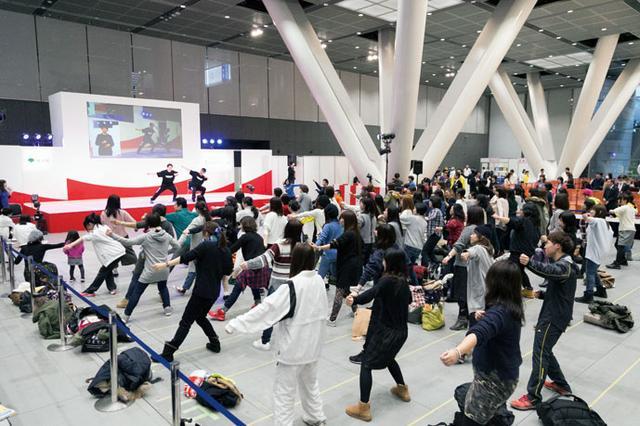 画像: EXILE ÜSAとEXILE TETSUYAによるダンス体操レッスン。EXILEの人気の振りつけも取り入れて楽しく踊れる工夫も