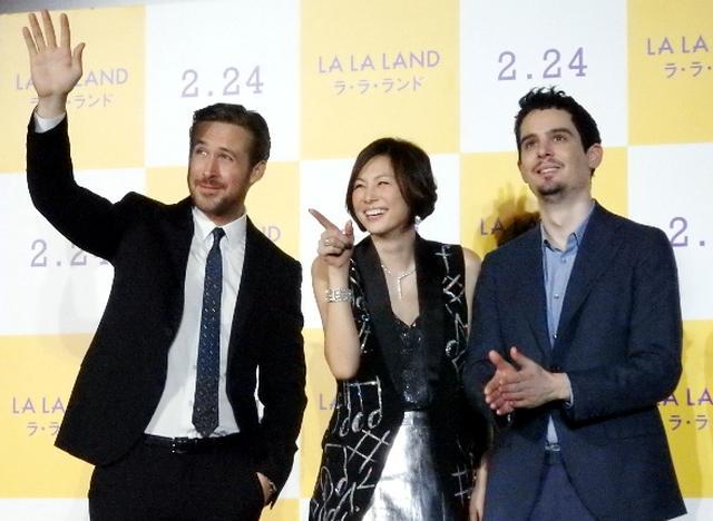 画像: 左から、ライアン・ゴズリング、米倉涼子、デイミアン・チャゼル監督。フォトセッションは米倉がリーダシップをとっていた