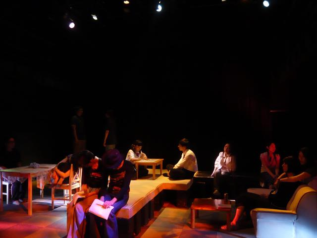 画像: 未亡人の一年の初演時の模様(2011年11月30日〜12月4日、王子小劇場)