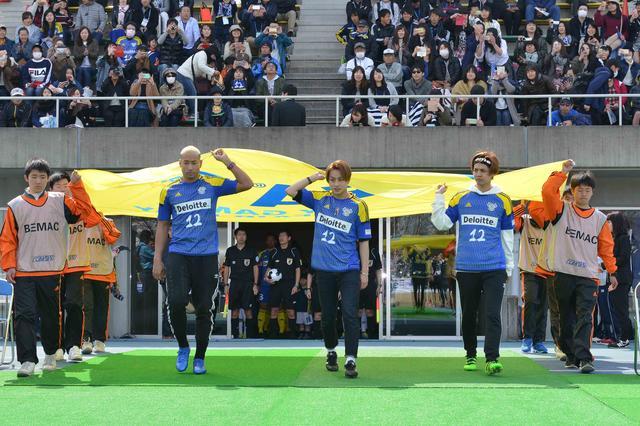 画像2: 白濱亜嵐・片寄涼太・関口メンディーが FC今治ホーム開幕戦で選手らを激励