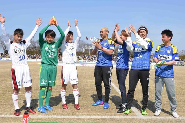 画像1: 白濱亜嵐・片寄涼太・関口メンディーが FC今治ホーム開幕戦で選手らを激励
