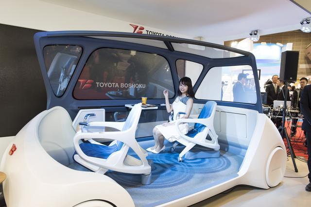 画像3: クルマの中がまるで居間に…未来ではシートが自由に動く?