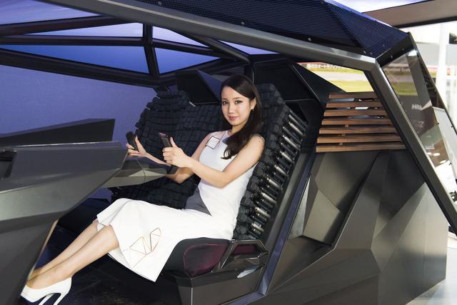 画像5: クルマの中がまるで居間に…未来ではシートが自由に動く?