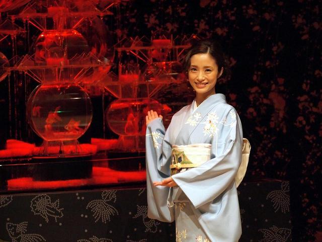 画像1: 上戸彩、涼やか京友禅で登場。 アートアクアリウム展は「家族の場所」