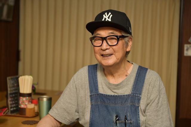 画像: 店主の酒井健次さんは80歳を越えた今も包丁を握る