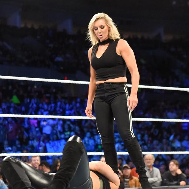 画像: シャーロット・フレアーがかつての親友ベッキー・リンチを襲撃【10・2 WWE】