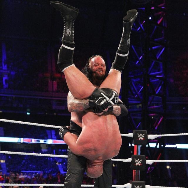 """画像: アンダーテイカー """"最後の対決""""敗戦もトリプルH&マイケルズに制裁【10・6 WWE】"""