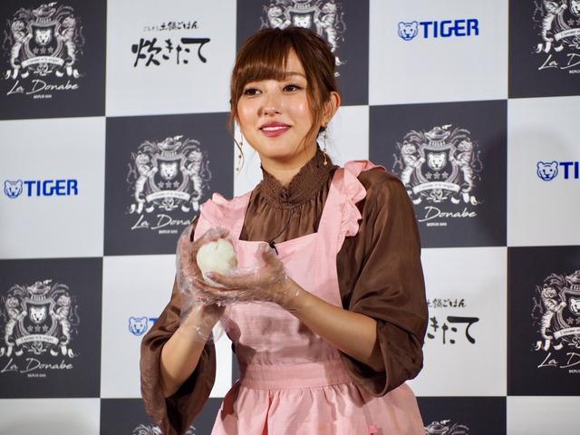 画像: 菊地亜美、新妻エプロン姿を披露「大きすぎて使えない」婚約指輪が悩み!?