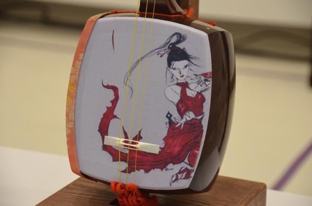 画像: 天野喜孝氏プロデュースの三味線、赤いくノ一「シャウラ」世界へ