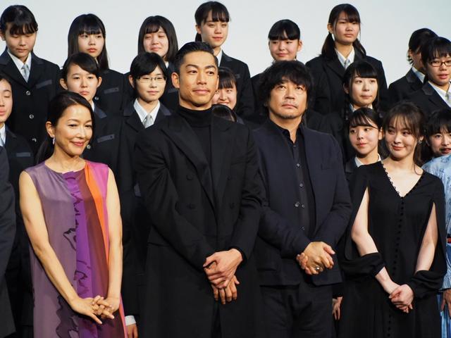 画像: 大森南朋とAKIRA、カラオケの最後は名曲『この道』を熱唱!