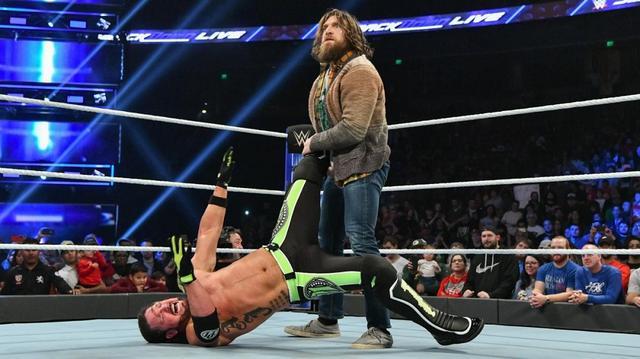 画像: AJスタイルズをいたぶるブライアンに大ブーイング【12・4 WWE】