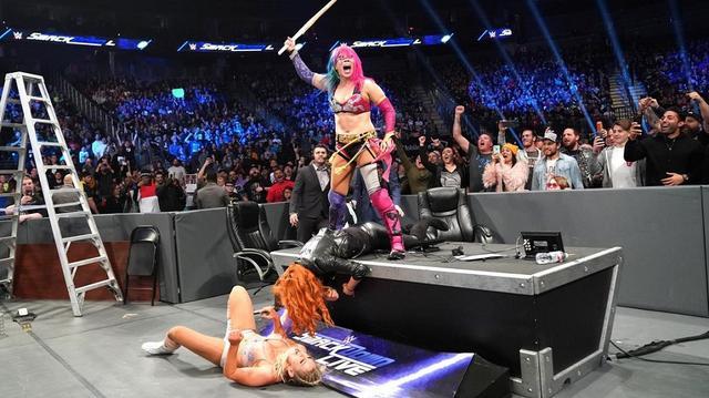 画像: アスカがベッキーとシャーロットを竹刀で滅多打ち【12・11 WWE】