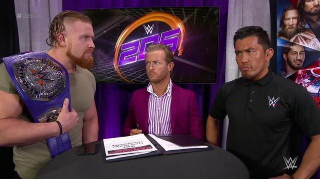 画像: 戸澤陽が調印式で王者マーフィーを牽制【2・12 WWE】