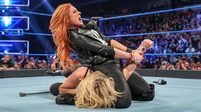 画像: 松葉杖のベッキーがシャーロットにディスアーマー【3・5 WWE】