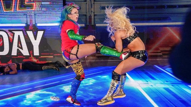 画像: 王者アスカが挑戦者のマンディを襲撃。3・10「ファストレーン」へ因縁激化【3・5 WWE】