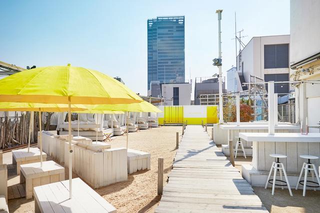 画像: 新宿に白い空中ビーチ登場! 手ぶらバーベキューが楽しめるリラックス&フォトジェニックな空間
