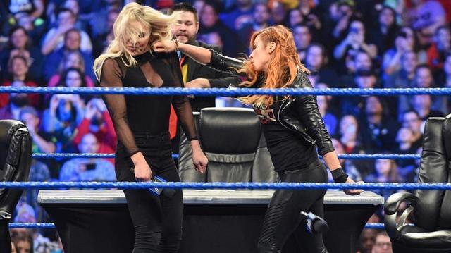 画像: オーエンズに煽られベッキーとシャーロットが殴り合い【3・19 WWE】