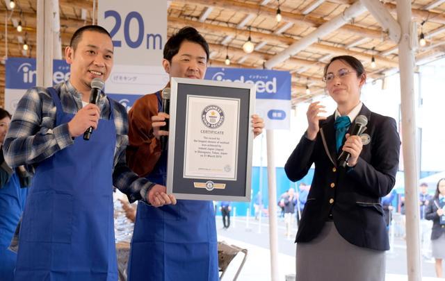 """画像: 千鳥がギネス世界記録!「最も長いシーフードの串焼き」で""""イカ20メートル"""""""