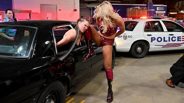 画像: ロンダ、シャーロット、ベッキーを手錠で連行。しかし乱闘は収まらず...【4・1 WWE】