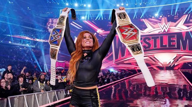 画像: メーンの女子三つ巴戦はベッキーが勝利。2大ブランド女子王座獲得【4・7 WWEレッスルマニア】