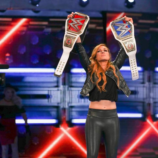 画像: レイシーが2日連続でベッキーを襲撃【4・9 WWE】